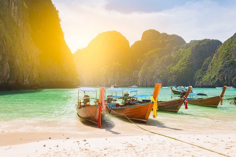 Amarrage traditionnel de bateau de longue queue dans la baie de Maya devant un cle photographie stock