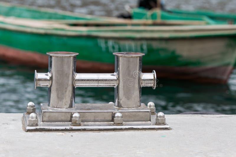 Amarrando o bitt no molhe contra barcos dos peixes imagem de stock royalty free