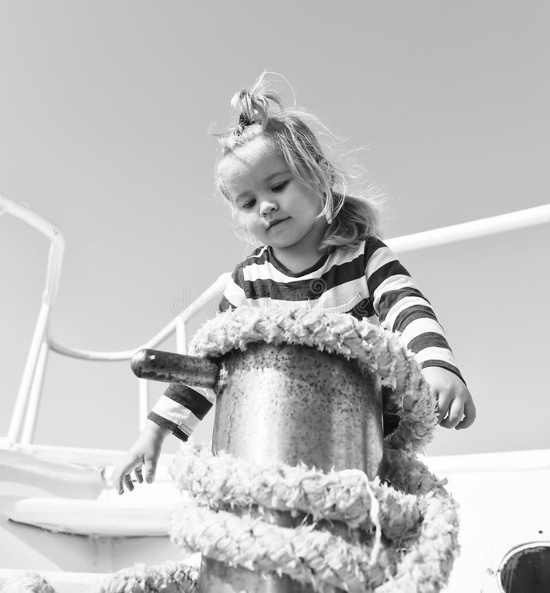 Amarrando o navio Mar de viagem do marinheiro do menino da aventura A ajuda bonito do marinheiro da criança com cordas yacht a cu fotografia de stock royalty free