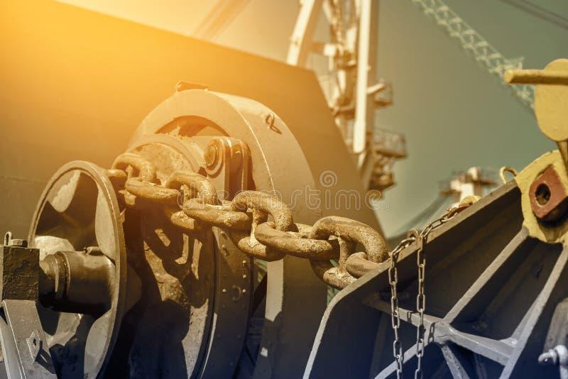 Amarrando o sarilho e a corrente de âncora grande na estação para a frente imagens de stock royalty free