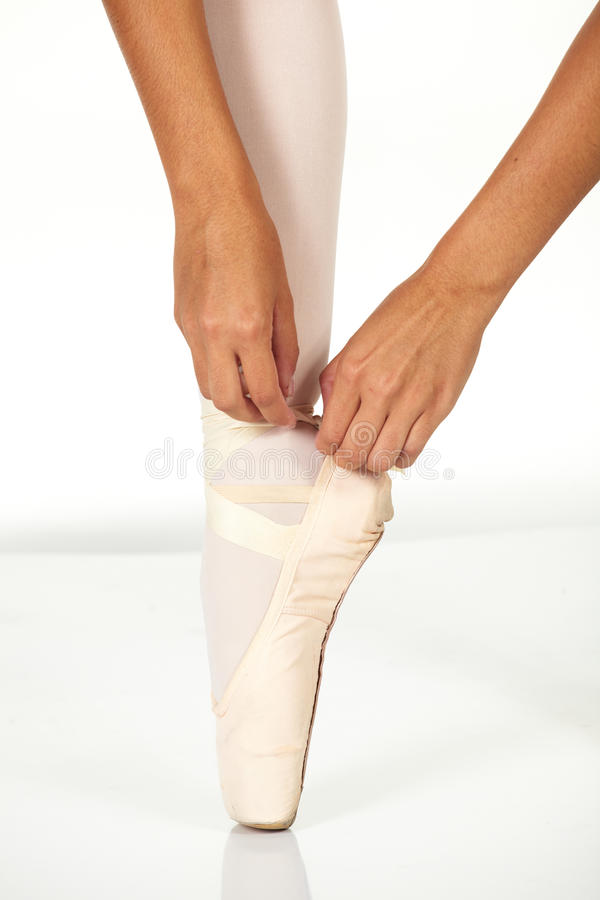 Amarrando sapatas de bailado imagem de stock