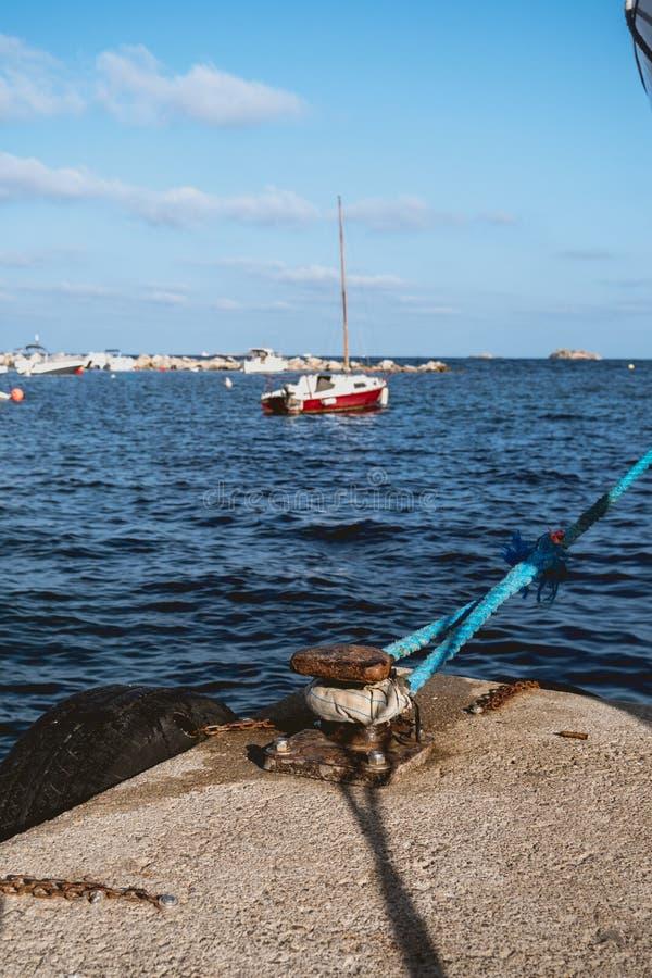 Amarrando um barco no porto do ibiza imagens de stock royalty free