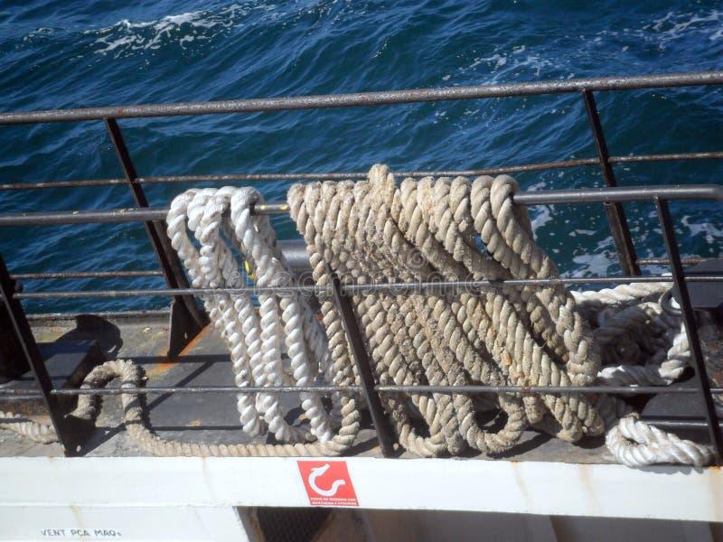 Amarrar cuerdas y el atracar de una nave imágenes de archivo libres de regalías