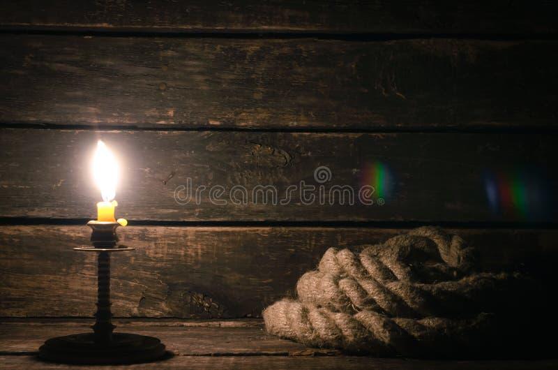 Amarrar la cuerda y quema de la vela foto de archivo