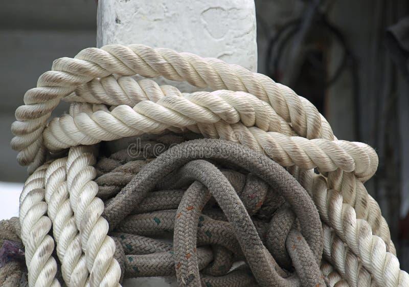 Amarrar los posts con las cuerdas gruesas fotografía de archivo
