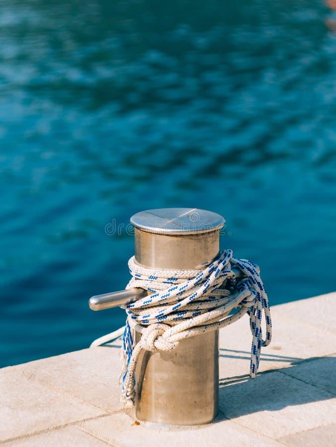 Amarrar los posts en la playa fotografía de archivo libre de regalías