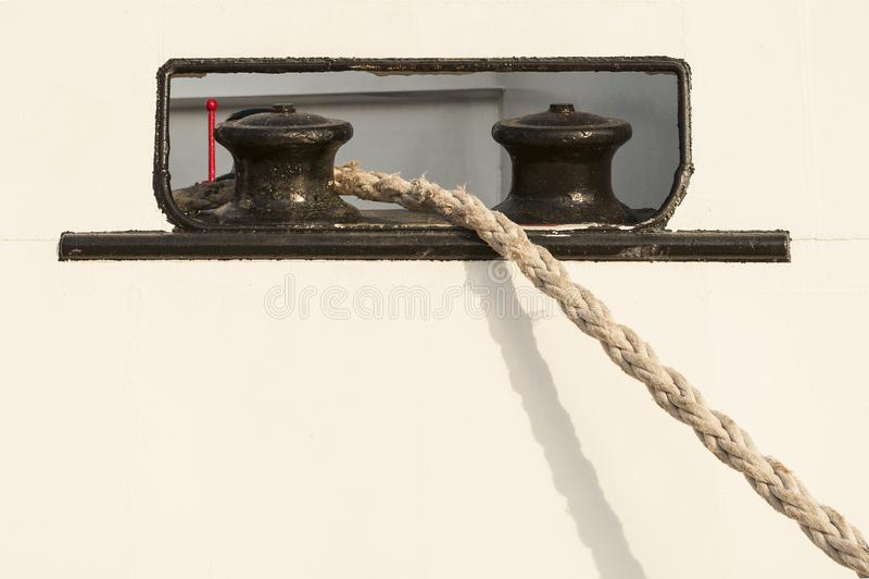 Amarre Bitts de la nave con la cuerda fotos de archivo libres de regalías