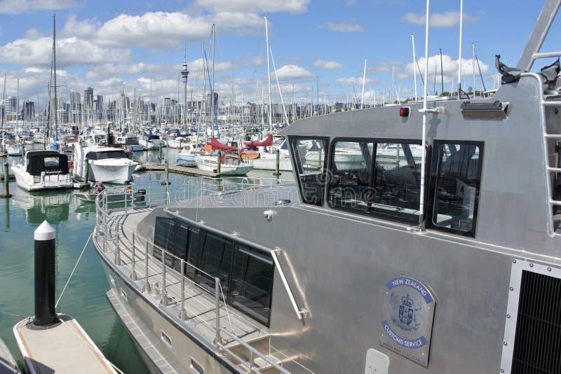 Amarre del barco de los servicios de aduanas de Nueva Zelanda en el puerto deportivo de Westhaven fotos de archivo