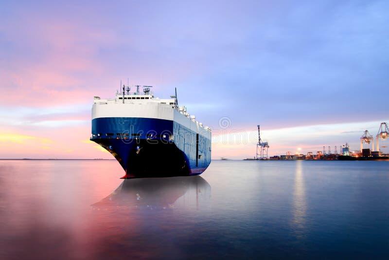 Amarre en la nave de la compañía marítima, de la nave portacontenedores en la exportación, importación fotos de archivo libres de regalías