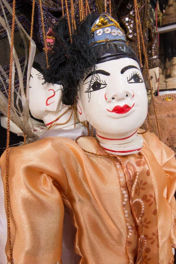 Amarre o fantoche burmese, bonecas da tradição de Myanmar na loja de lembrança de Myanmar foto de stock royalty free