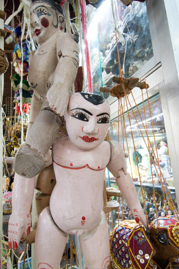 Amarre o fantoche burmese, bonecas da tradição de Myanmar na loja de lembrança de Myanmar imagem de stock