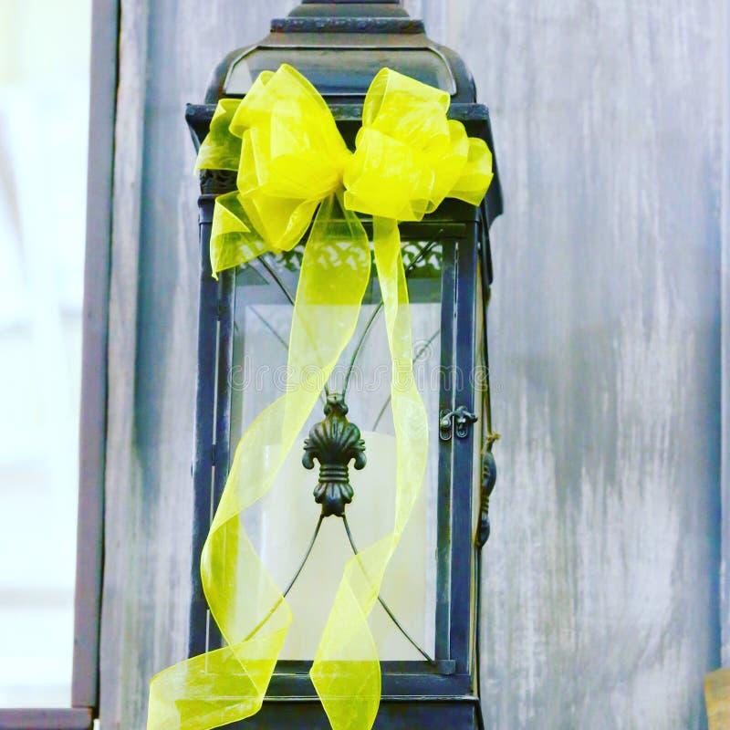 Amarre uma fita amarela fotografia de stock