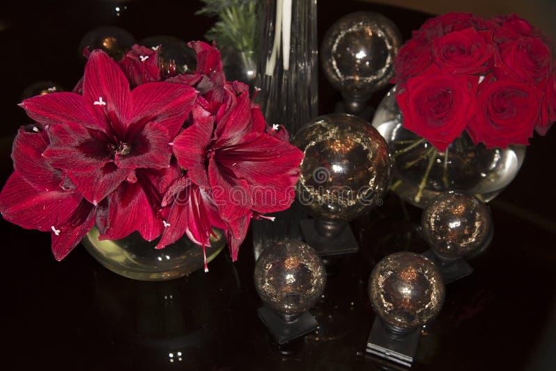 Amaryllis y rosas rojas imágenes de archivo libres de regalías