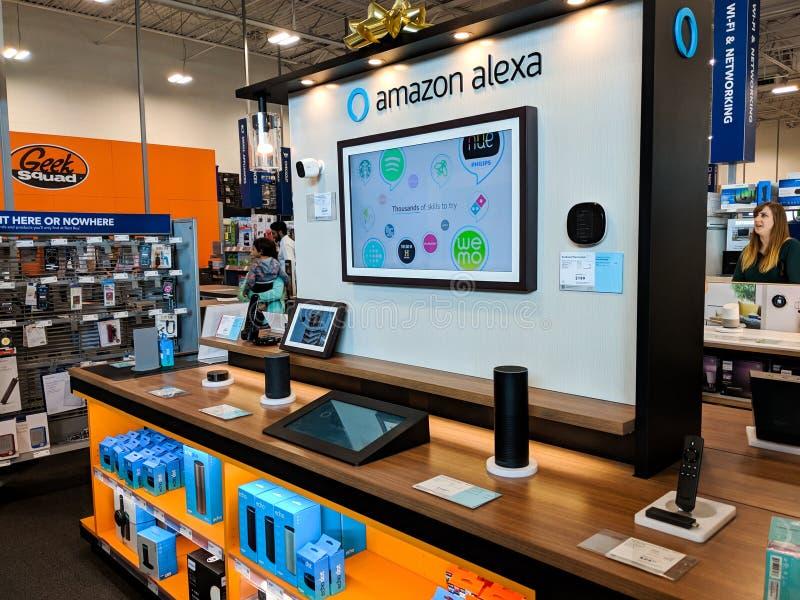 AmasonAlexa skärm i ett Best Buy lager arkivfoto