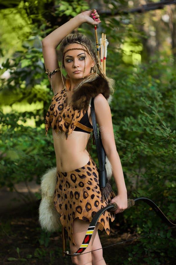 Lös amazon kvinna i skog fotografering för bildbyråer. Bild