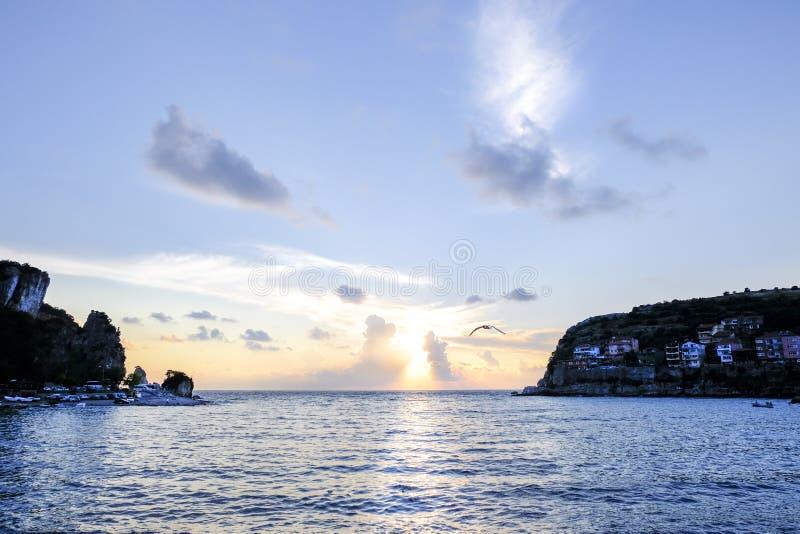 Amasra liten vik på solnedgången med seagullen fotografering för bildbyråer
