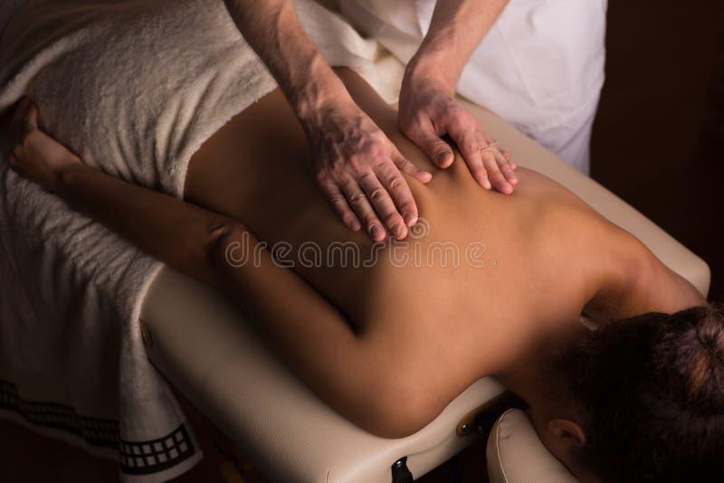 Amassando os músculos durante a massagem fotografia de stock