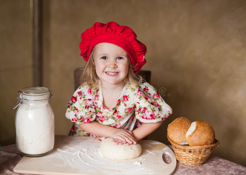 Amasse a massa, chapéu vermelho, pizza da massa, sorriso fotografia de stock