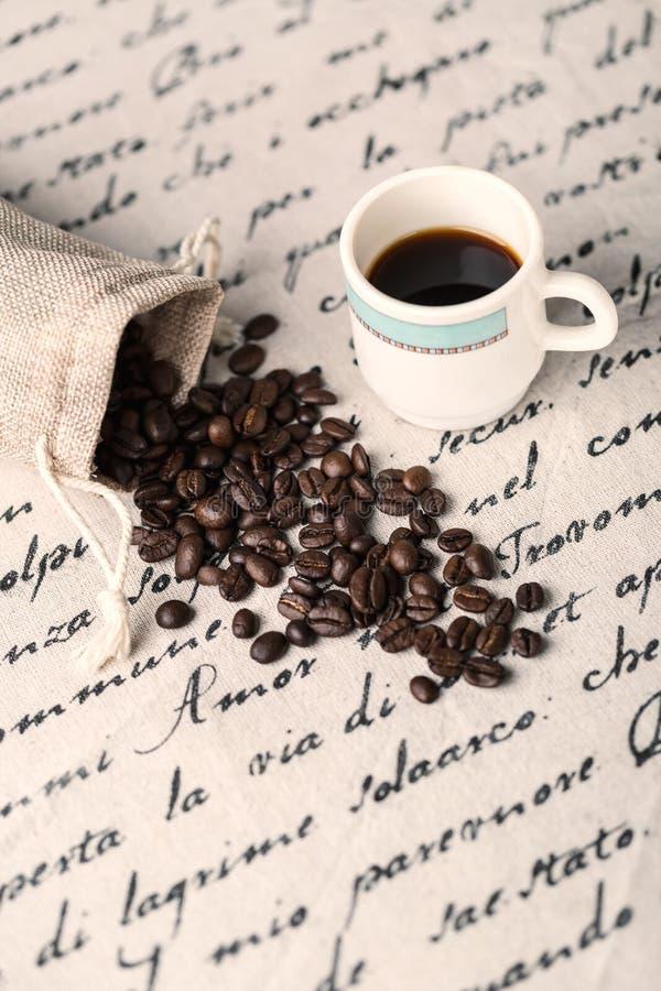 Amassez les haricots de coffe et la tasse de café frais photo libre de droits