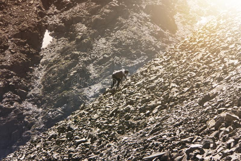 Amatörmässig bergsbestigning Man att klättra upp kullen för att nå maximumet av berget Ståndaktighet beslutsamhet, styrka, nå royaltyfri fotografi