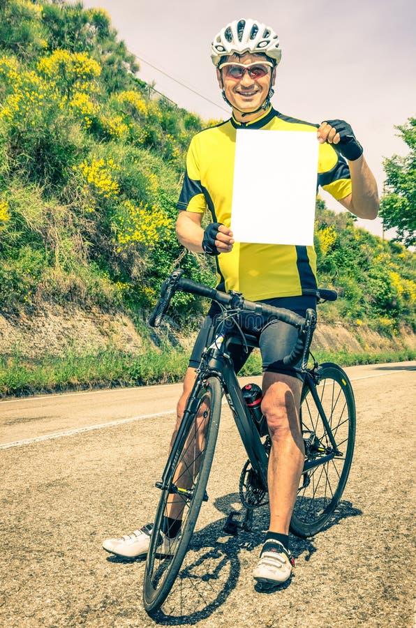 Amatörmässig cyklist med det tomma arket royaltyfri bild