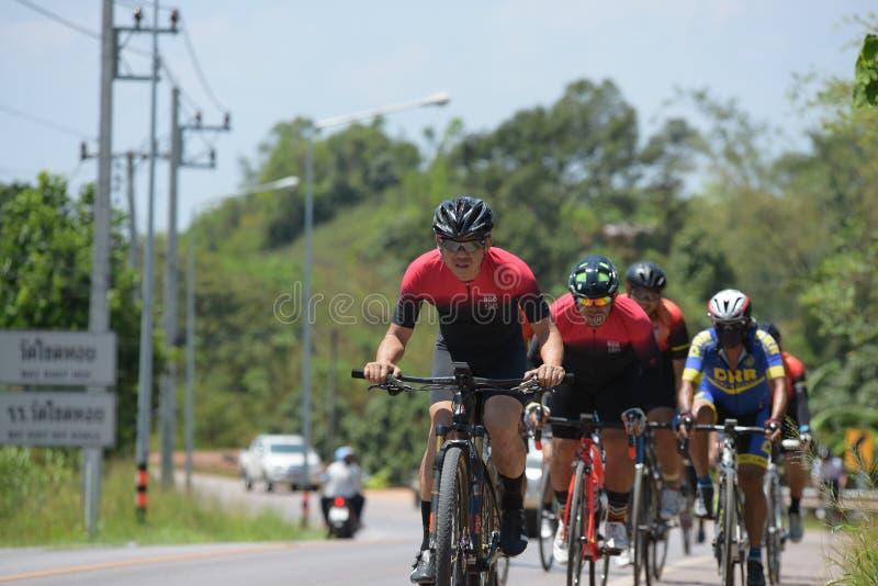Amatörmässig cyklist som de konkurrerar i ett välgörenhetprogram royaltyfri bild
