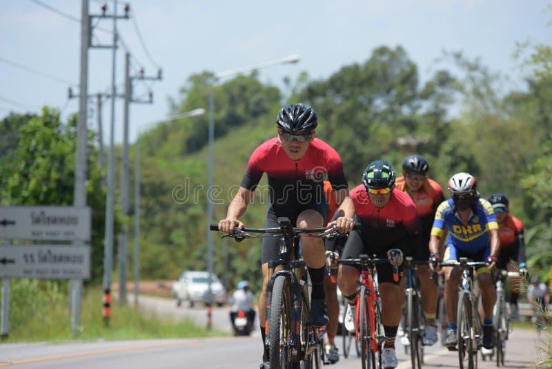 Amatörmässig cyklist som de konkurrerar i ett välgörenhetprogram royaltyfria bilder