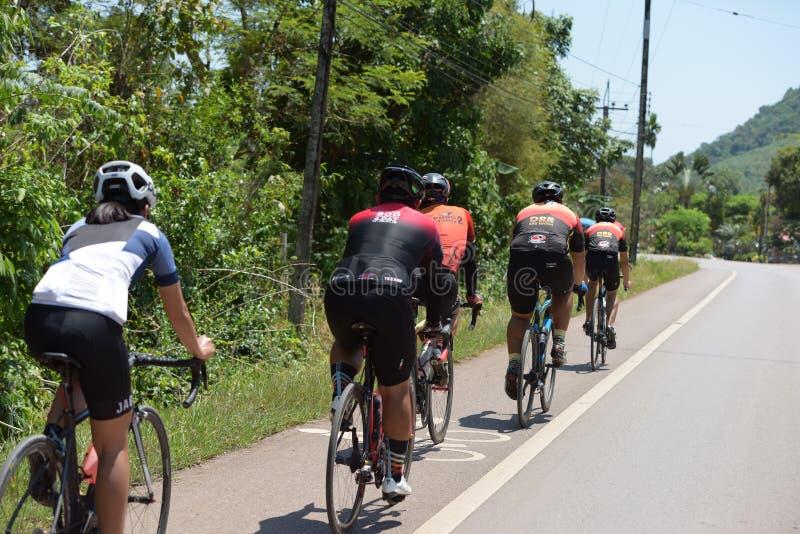Amatörmässig cyklist som de konkurrerar i ett välgörenhetprogram arkivfoton