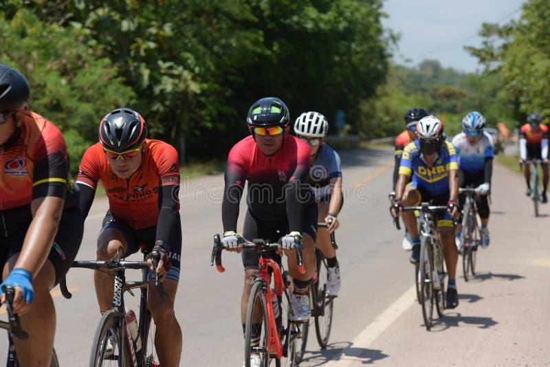Amatörmässig cyklist som de konkurrerar i ett välgörenhetprogram fotografering för bildbyråer
