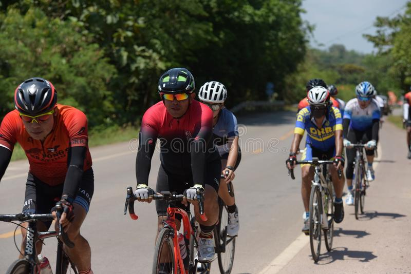 Amatörmässig cyklist som de konkurrerar i ett välgörenhetprogram arkivfoto