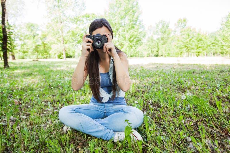 Amatörmässig fotograf Outdoor för ung kvinna royaltyfri bild