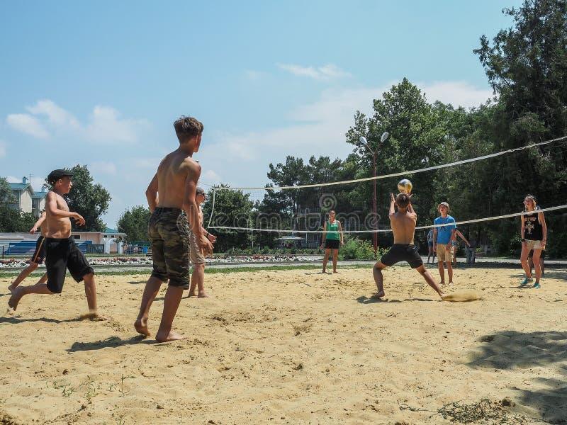 Amatörmässig konkurrens för strandvolleyboll i barnens rekreationlägret i Anapa i den Krasnodar regionen av Ryssland royaltyfria bilder