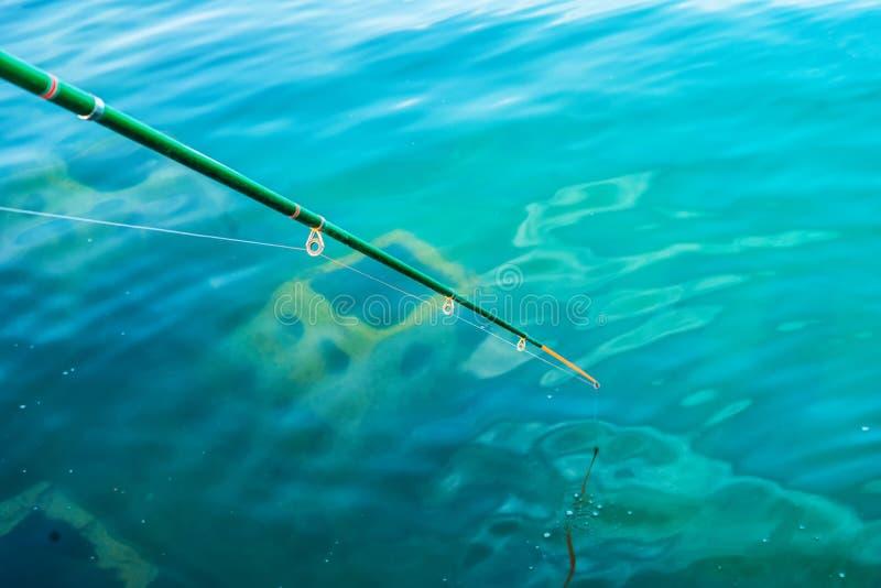 Amatörmässig metspö i klart blått vatten arkivbild