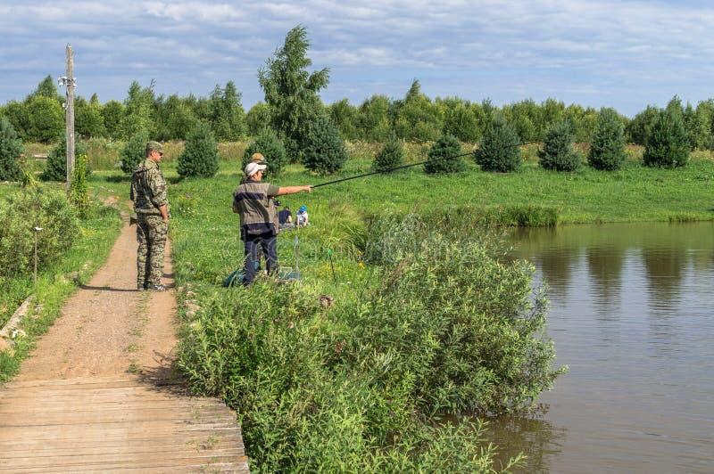 Amatörmässiga konkurrenser på sportfiske i den Kaluga regionen av Ryssland arkivbild