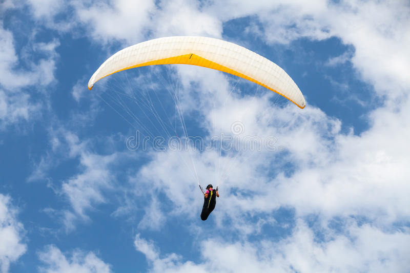 Amateurgleitschirm im blauen bewölkten Himmel stockfotografie