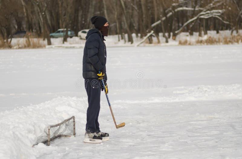 Amateurmann, der Hockey als Torhüter steht gegen kleine Tore spielt lizenzfreie stockfotos