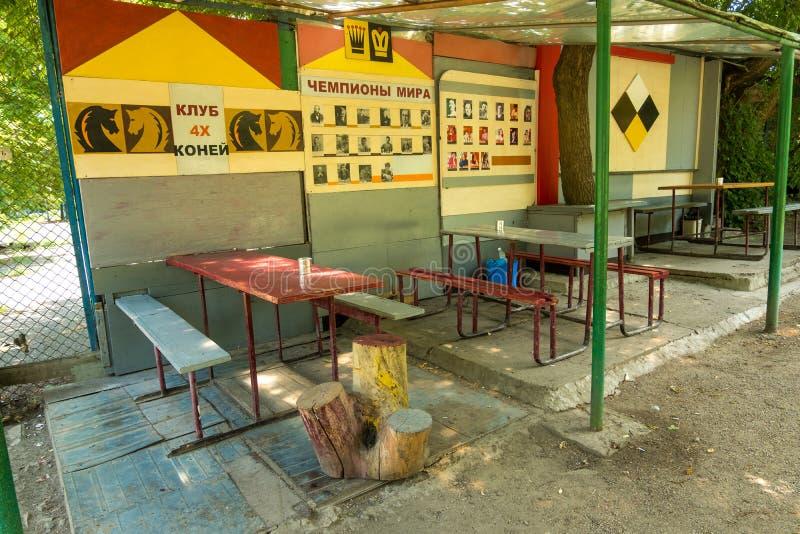 Amateurschaakclub in de binnenplaats van het centrale district van Lugansk, de Oekraïne stock fotografie