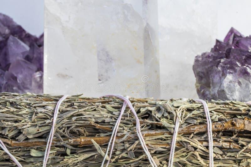 Amatista hermosa, cristal de cuarzo y Sage Bundle Close Up fotos de archivo