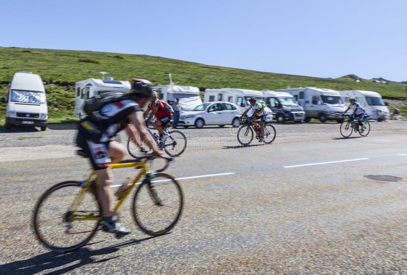 Amatorscy cykliści na drodze Col De Pailheres fotografia royalty free