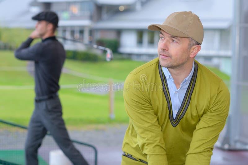 Amatorscy golfiści musi ćwiczyć zdjęcie royalty free