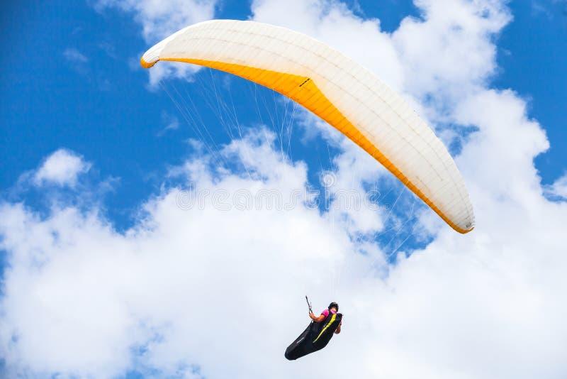 Amatorski paraglider w niebieskim niebie obraz stock