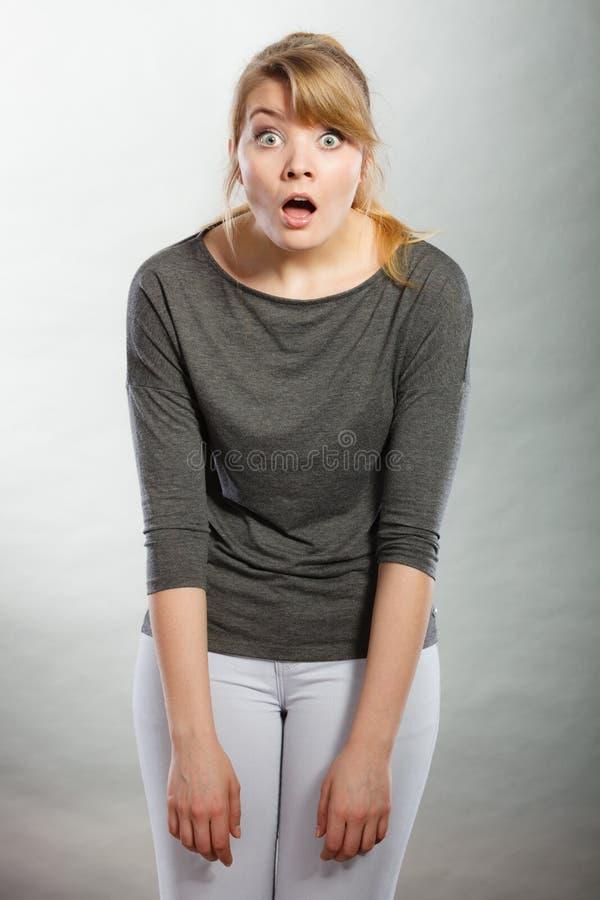 Amazed chocou a boca aberta da menina largamente fotografia de stock