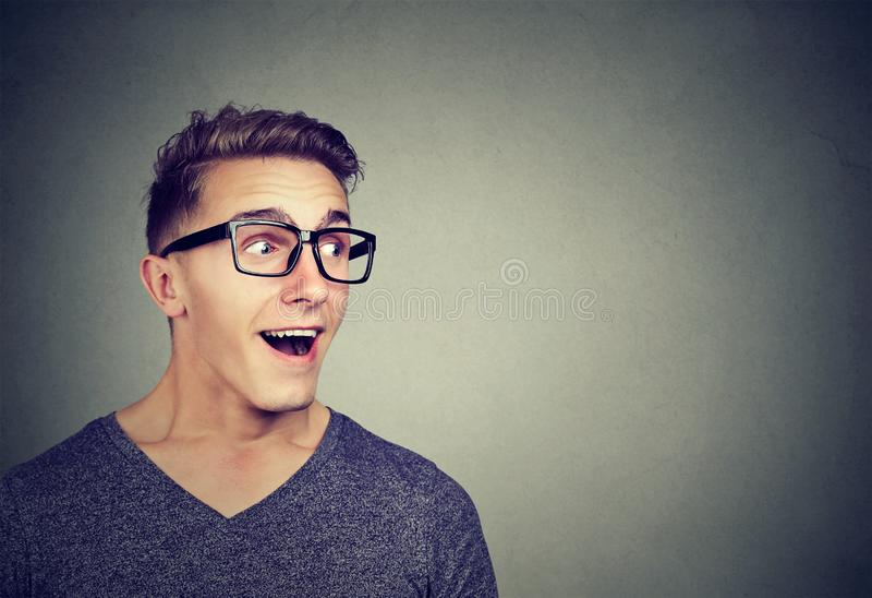 Amazed sorprendió al hombre que miraba lejos fotografía de archivo