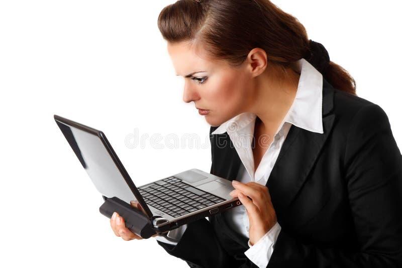 amazedly screen affärsbärbar datorlooks kvinnan royaltyfria bilder