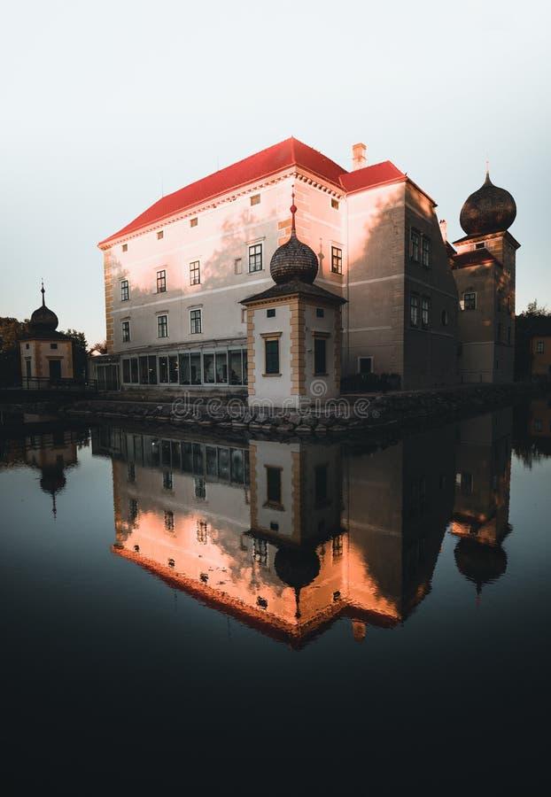 Amazing Castle Kottingbrunn durante el otoño con el lago reflectante fotos de archivo