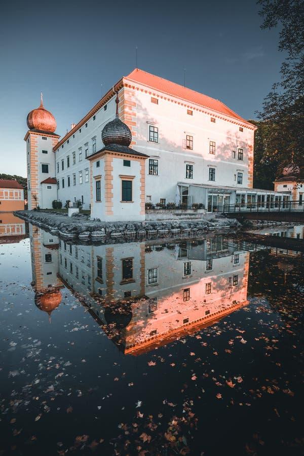 Amazing Castle Kottingbrunn durante el otoño con el lago reflectante fotografía de archivo libre de regalías