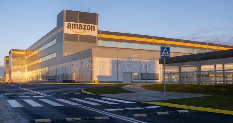 Amazon Logistics Center in Szczecin, Polen, in het licht van de stijgende zon, panorama stock foto's