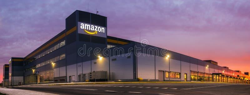 Amazon Logistics Centre i Szczecin, Polen mot bakgrund av den ökande solen, panorama royaltyfri fotografi