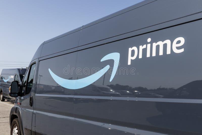 Amazon Prime dor?czeniowy samoch?d dostawczy amazon com dostaje W doręczeniowym biznesie Z prima oznakującymi samochodami dostawc fotografia stock