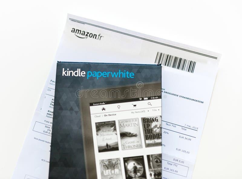 Amazonas Kindle Paperwhite e tampa de couro da proteção no whi fotos de stock